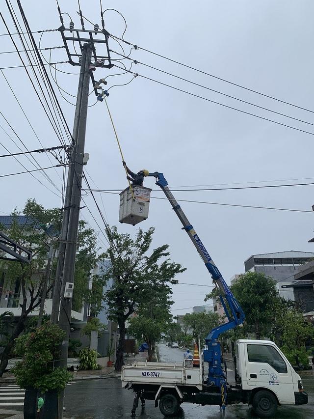 Ngành điện khắc phục các thiệt hại do cơn bão số 13 gây ra - 1