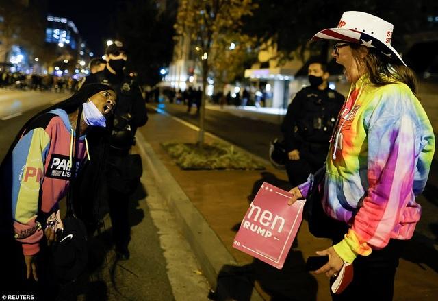 Người biểu tình ủng hộ ông Trump bị tấn công bằng pháo hoa - 5