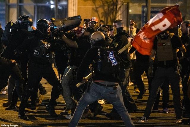 Người biểu tình ủng hộ ông Trump bị tấn công bằng pháo hoa - 3