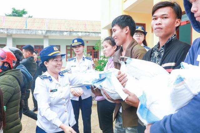 Bộ Tư lệnh Cảnh sát biển cùng nhiều đơn vị tặng quà đồng bào vùng lũ - 1