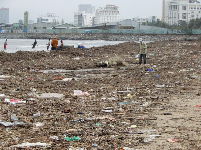 Lượng rác khổng lồ bịt kín bờ biển Đà Nẵng sau bão 13 - 9