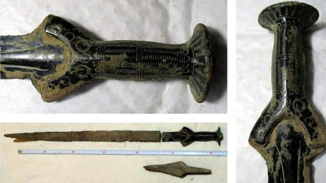 Bất ngờ vớ được kho báu có thanh kiếm đồng 3.300 năm tuổi - 2