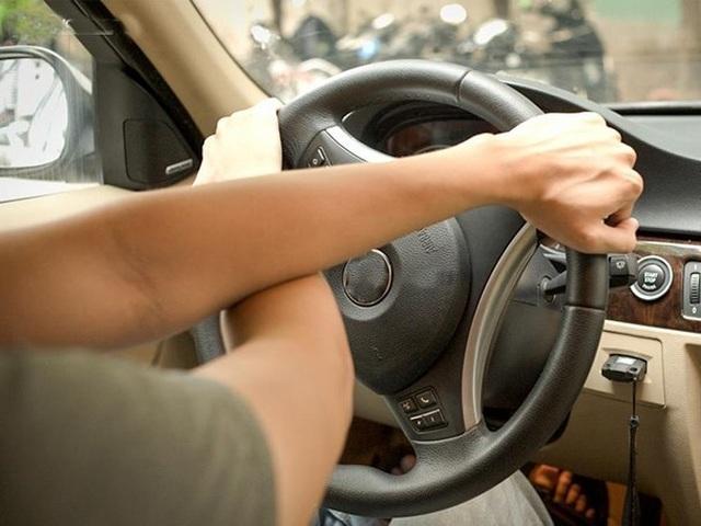 Học lái xe xong bằng cất tủ, ra đường có an toàn? - 1