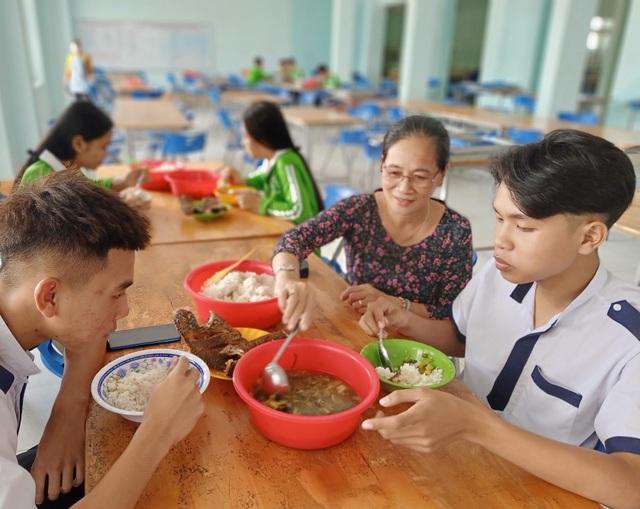 Chuyện cô giáo mua thuốc, lấy sữa của con cứu học trò qua cơn đói, bệnh tật - 4