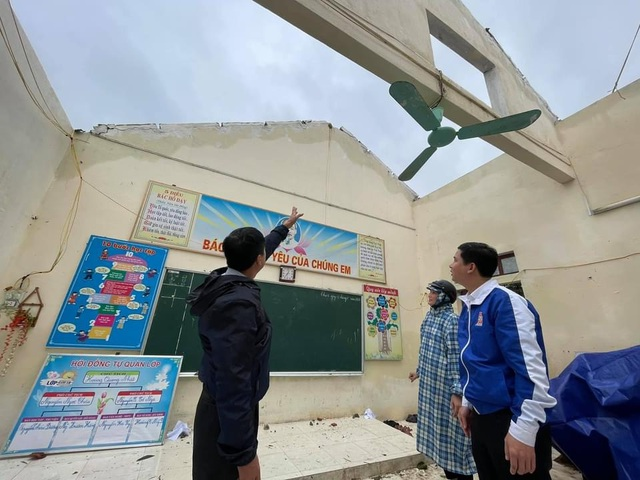 Tỉnh đoàn Quảng Bình hỗ trợ 20 triệu đồng cho trường học tốc mái trong bão - 1
