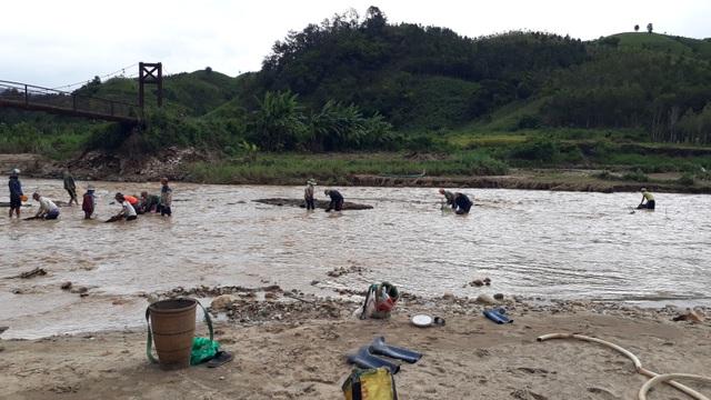 Liều mình lội sông tìm vàng sau bão - 2