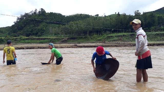 Liều mình lội sông tìm vàng sau bão - 3