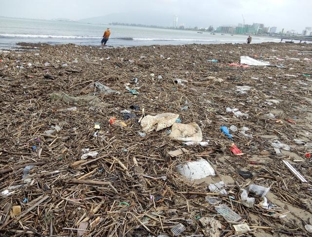 Lượng rác khổng lồ bịt kín bờ biển Đà Nẵng sau bão 13 - 1