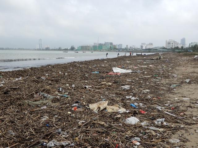 Lượng rác khổng lồ bịt kín bờ biển Đà Nẵng sau bão 13 - 2