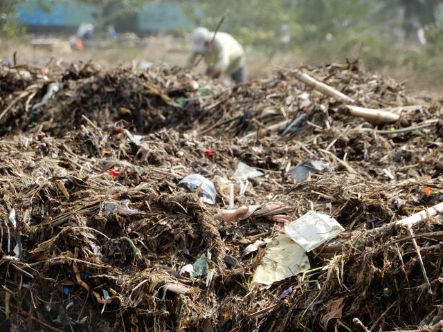 Lượng rác khổng lồ bịt kín bờ biển Đà Nẵng sau bão 13 - 5