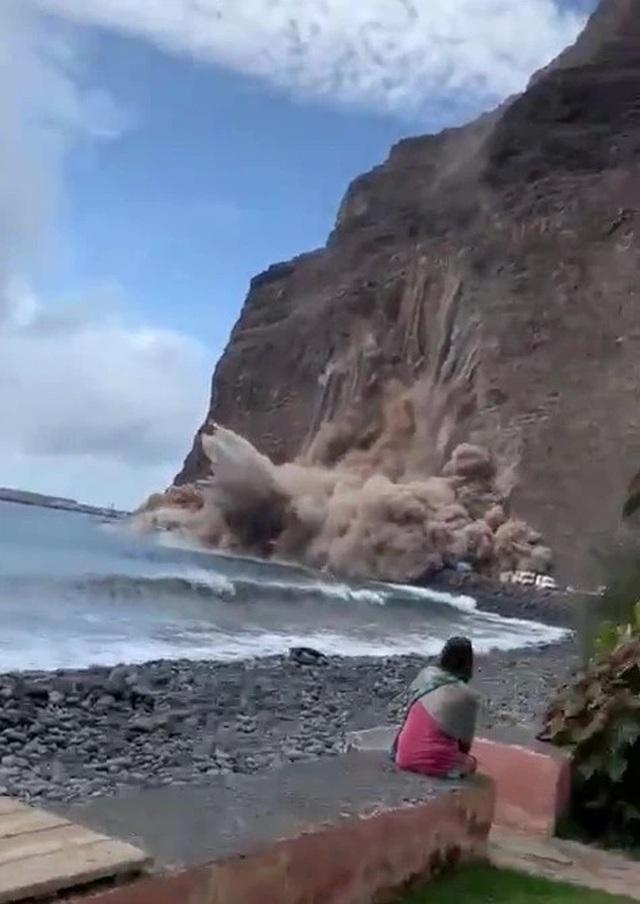 Sốc: Vách đá khổng lồ sụp xuống bãi biển, ngay trước mắt khách du lịch - 1