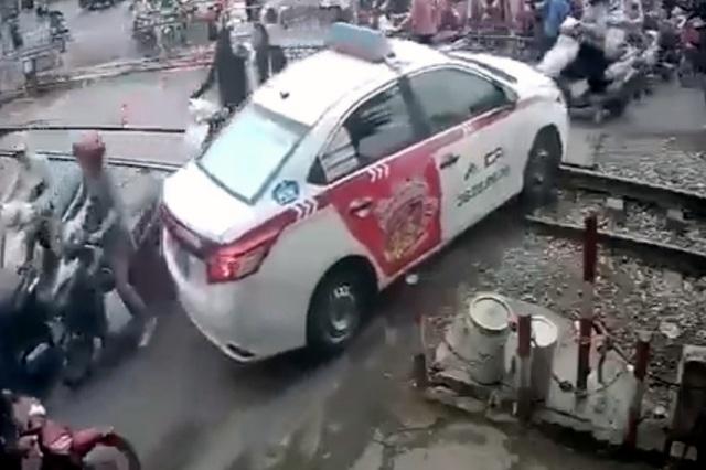 Vụ taxi sa chân vì cố vượt rào chắn: Xử phạt tài xế - 1