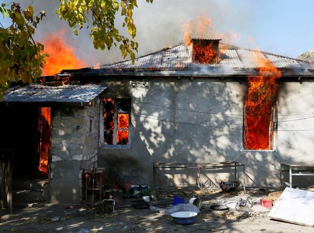 Người dân tự tay đốt nhà trước khi Azerbaijan tiếp quản khu vực tranh chấp - 3