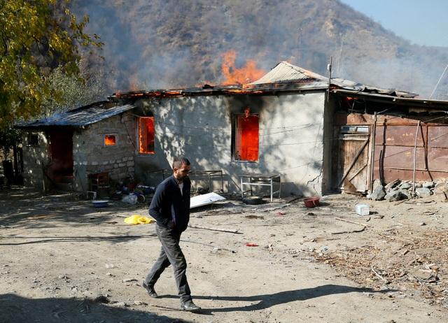 Người dân tự tay đốt nhà trước khi Azerbaijan tiếp quản khu vực tranh chấp - 7