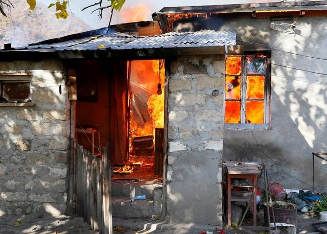 Người dân tự tay đốt nhà trước khi Azerbaijan tiếp quản khu vực tranh chấp - 4