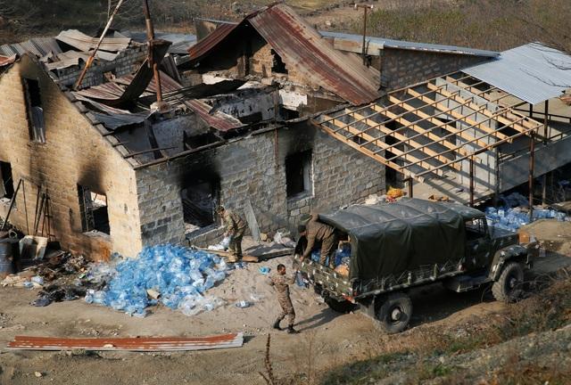Người dân tự tay đốt nhà trước khi Azerbaijan tiếp quản khu vực tranh chấp - 9