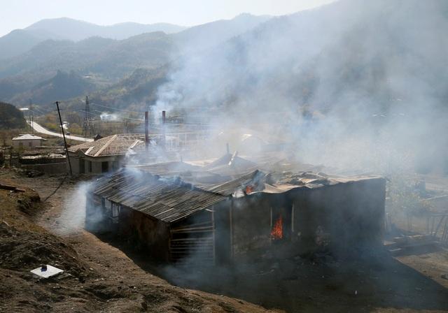Người dân tự tay đốt nhà trước khi Azerbaijan tiếp quản khu vực tranh chấp - 2