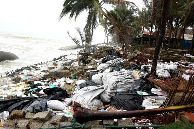 Du khách tiếc nuối khi các bãi biển du lịch tại Hội An dần biến mất - 1