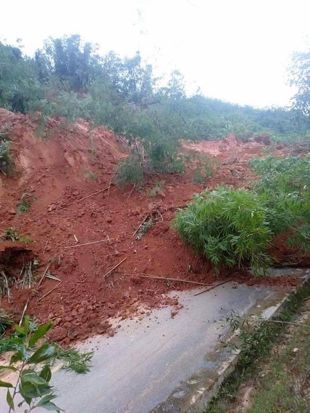 Lại sạt lở núi, đất đá trút xuống chất thành đống, chia cắt quốc lộ 40B - 1