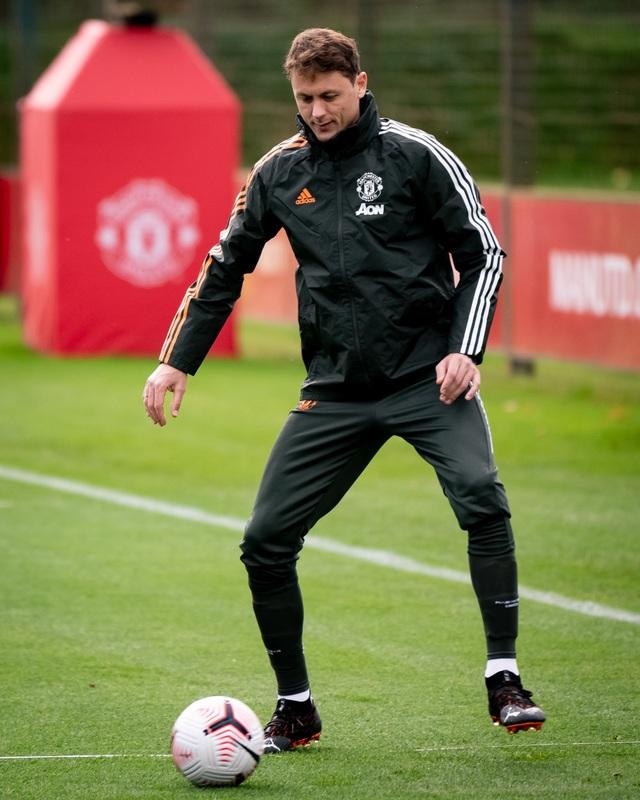 Cầu thủ Man Utd âm thầm tập luyện, chờ Premier League trở lại - 8