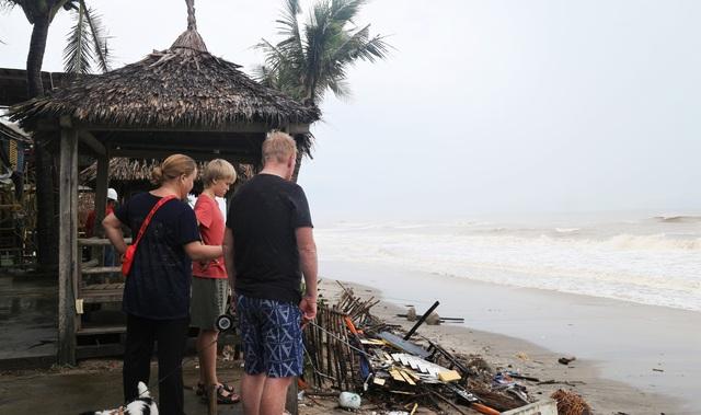 Du khách tiếc nuối khi các bãi biển du lịch tại Hội An dần biến mất - 15