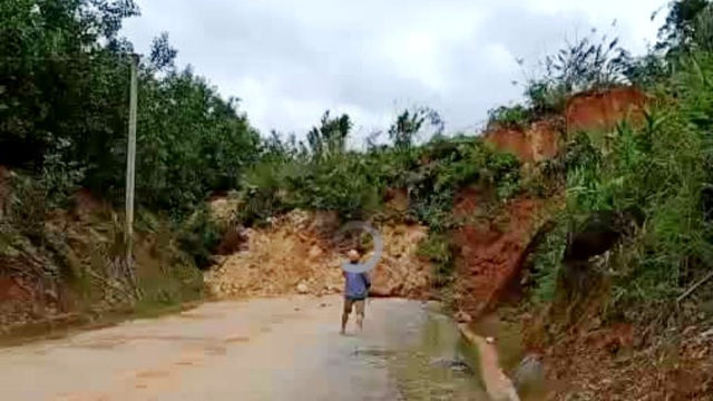 Lại sạt lở núi, đất đá trút xuống chất thành đống, chia cắt quốc lộ 40B - 2