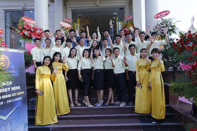 Tập thể cán bộ nhân viên Hoàng Cát Group
