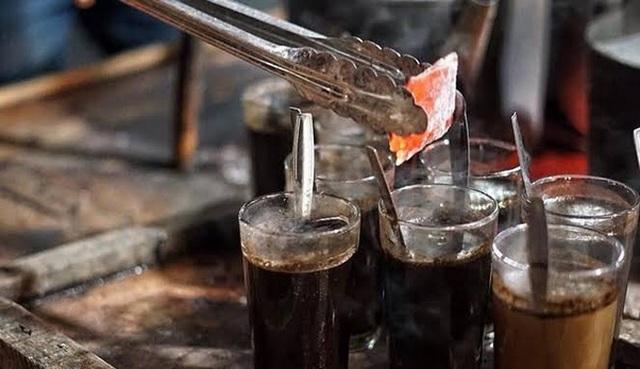 Bỏ nguyên cục than đang cháy đỏ vào ly cafe để thưởng thức - 4
