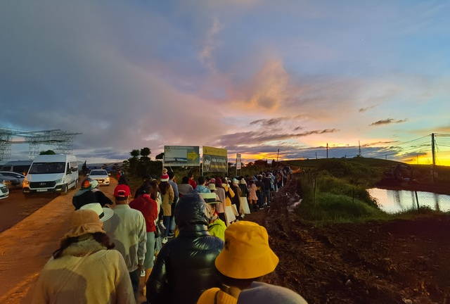 Hundreds of tourists lined up from 5am to hunt clouds in Dalat - 2