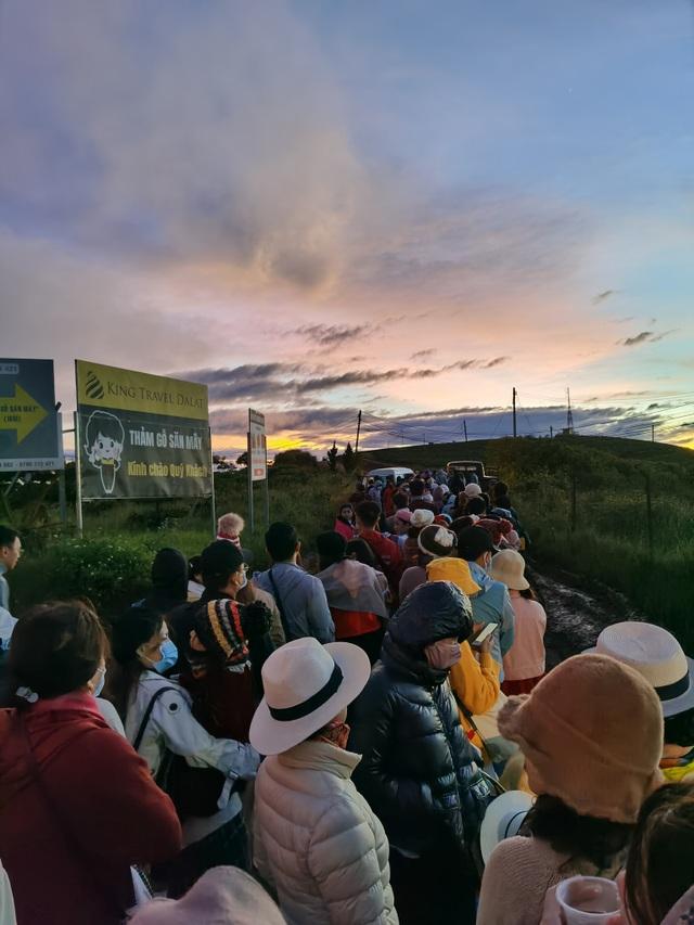 Hàng trăm du khách xếp hàng dài từ 5 giờ sáng để săn mây ở Đà Lạt - 3