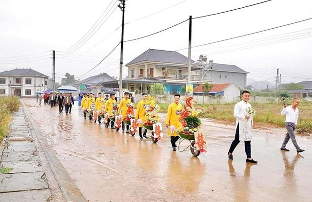 Đám hỏi ở Thái Nguyên gây chú ý vì dàn siêu xe cút kít chở tráp lễ - 1