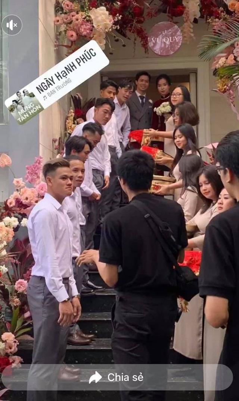 Hai cô gái gây chú ý khi bê tráp cho đám cưới của Công Phượng – Viên Minh - 1