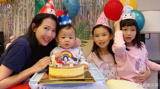 Thái Thiếu Phân hạnh phúc làm mẹ ở tuổi 47 - 1