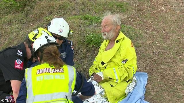 Hi hữu: Rơi khỏi dù lượn rồi lao xuống biển, cụ ông 91 tuổi vẫn sống sót  - 1
