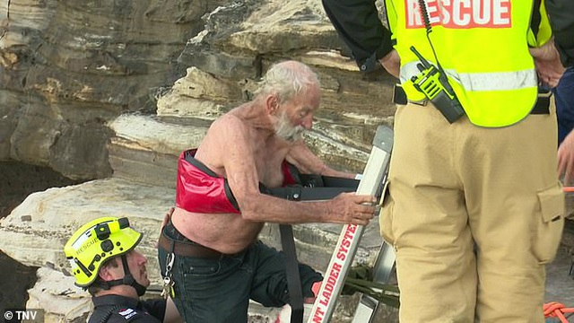 Hi hữu: Rơi khỏi dù lượn rồi lao xuống biển, cụ ông 91 tuổi vẫn sống sót  - 2