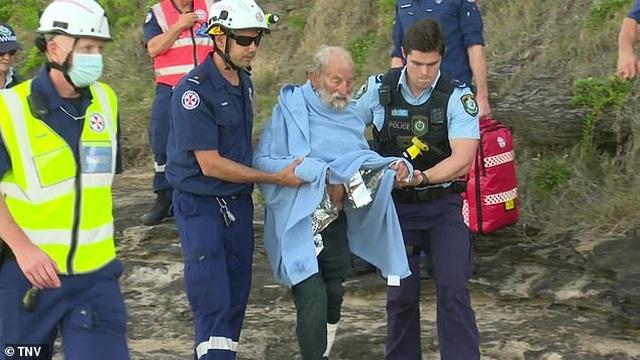 Hi hữu: Rơi khỏi dù lượn rồi lao xuống biển, cụ ông 91 tuổi vẫn sống sót  - 3