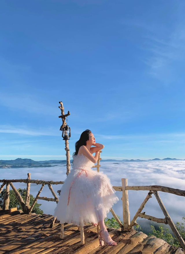 Hundreds of tourists lined up from 5 am to hunt for clouds in Da Lat - 5