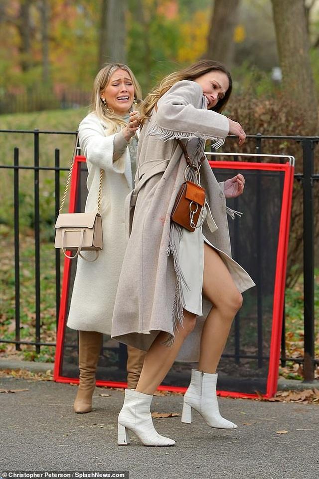Hilary Duff và bạn diễn sợ phát khóc vì.... sâu bọ - 3