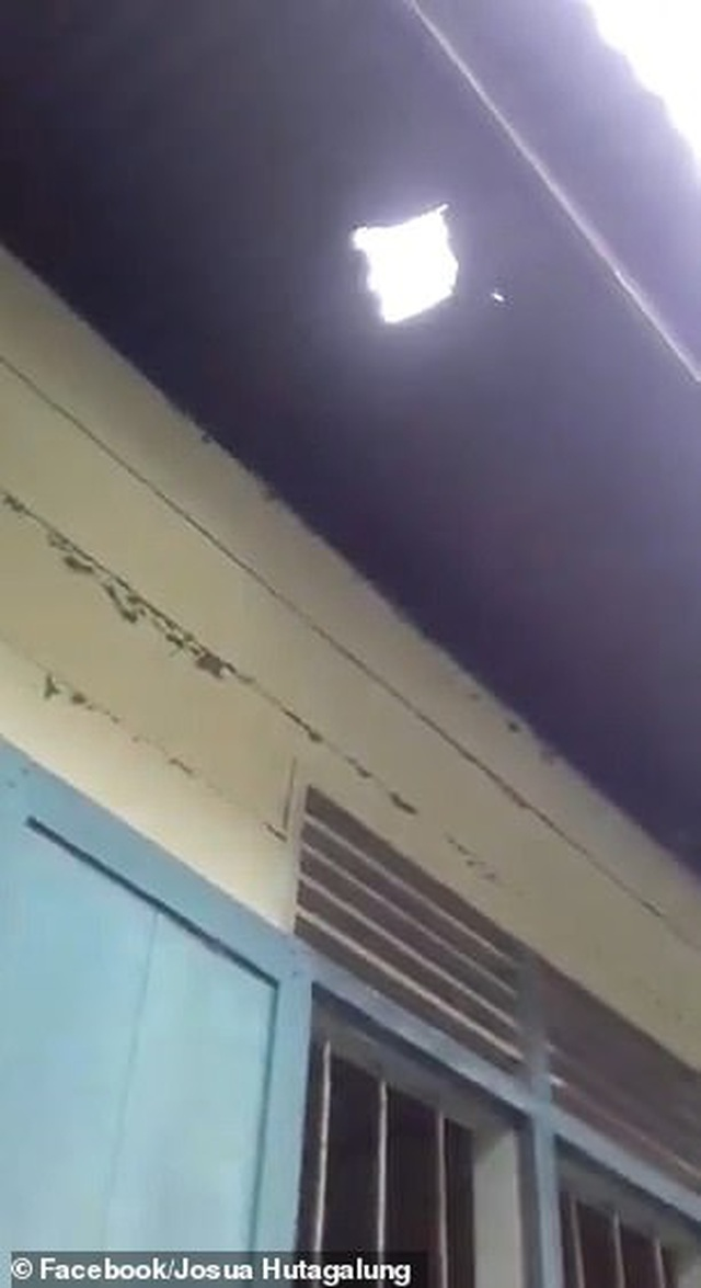 Thiên thạch khủng rơi trúng nhà, người đóng quan tài thành triệu phú - 2