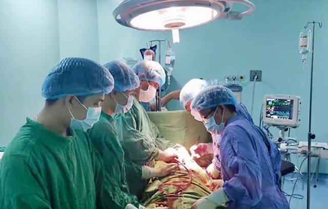 Cứu sống bệnh nhân bị dao đâm thấu tim - 1
