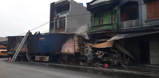 Xe container lao vào nhà dân rồi bốc cháy ngùn ngụt, 1 người tử vong - 1
