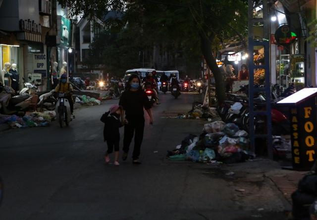 """Hà Nội: Rác ngập ngụa phố, dân lĩnh đủ, phường... """"mệt mỏi""""! - 5"""