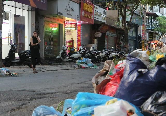 """Vụ rác ngập phố, dân Hà Nội """"lĩnh đủ"""": Vì sao Chủ tịch phường… bó tay? - 1"""