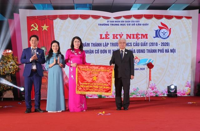 Trường THCS Cầu Giấy vinh dự đón nhận Cờ thi đua xuất sắc của UBND thành phố Hà Nội.