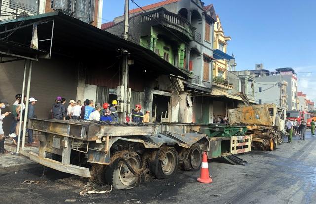 Xe container lao vào nhà dân rồi bốc cháy ngùn ngụt, 1 người tử vong - 3