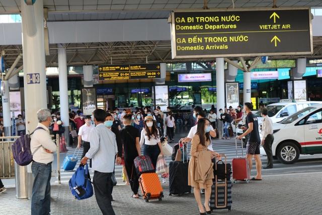 Tăng thêm làn xe cho taxi đón khách ở sân bay Tân Sơn Nhất - 1