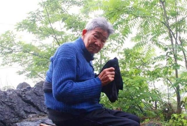 Không còn vợ con, cụ ông 94 tuổi xây mộ, ngủ trong quan tài mỗi tối - 1