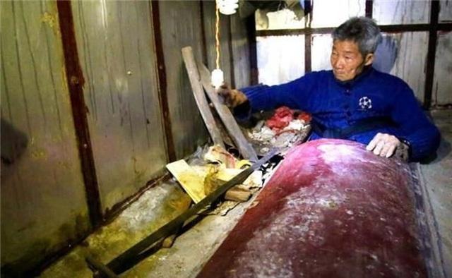 Không còn vợ con, cụ ông 94 tuổi xây mộ, ngủ trong quan tài mỗi tối - 2