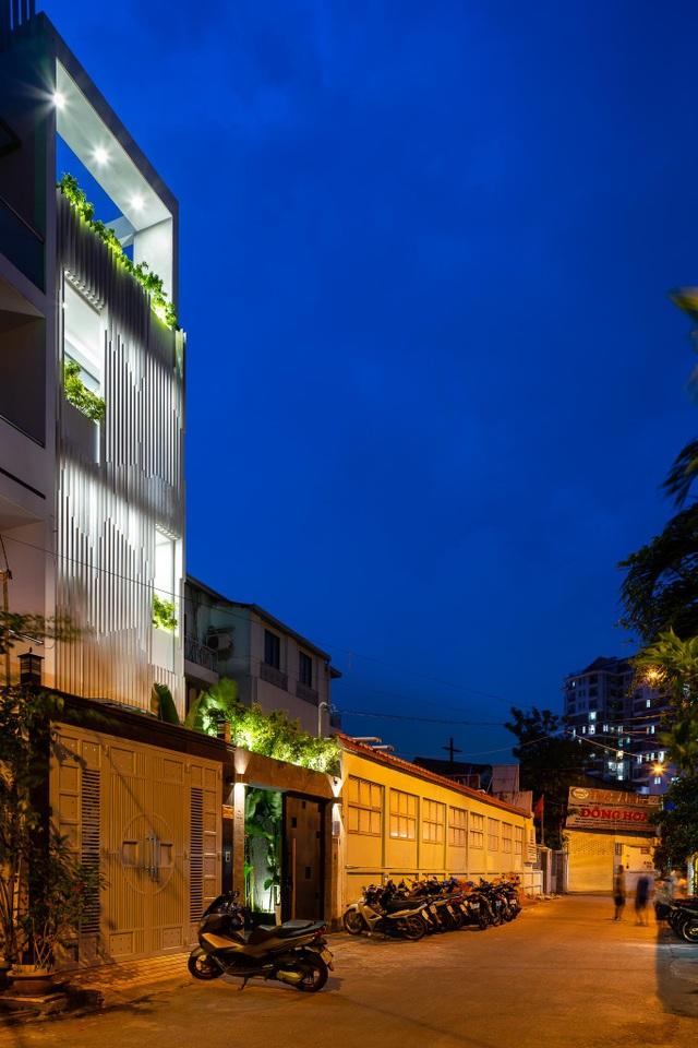 Vẻ đẹp ẩn giấu trong ngôi nhà ống có mặt tiền độc, lạ ở Sài Gòn - 13
