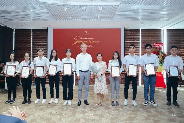"""Tập đoàn Nam Long trao học bổng thường niên """"Swing For Dreams"""" 2020 - 1"""